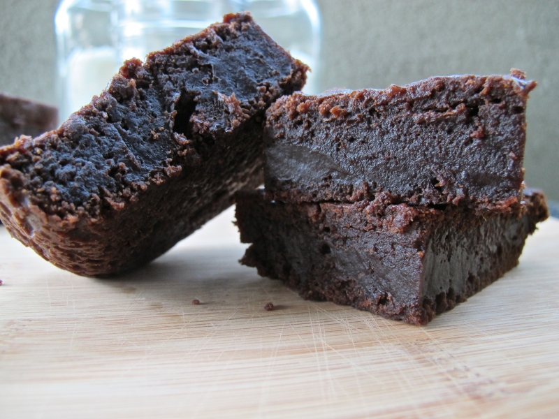 Two Ingredient Pumpkin Brownies (Vegan) // via www.hourglassandbloom.com #foodblog #vegan #pumpkinbrownies